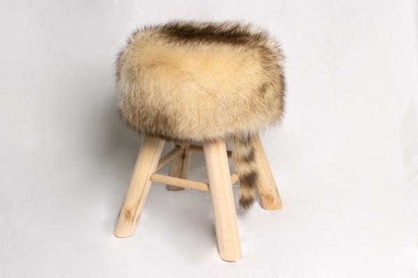 Taburete de madera de pino hecho con piel auténtica de mapache canadiense
