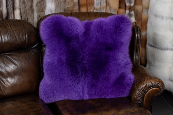 Cojín de piel de zorro azul en púrpura