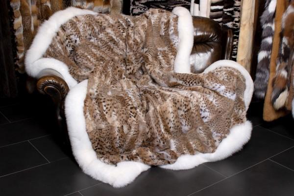 Manta de piel de Bobcat con borde de piel de zorro en la sombra