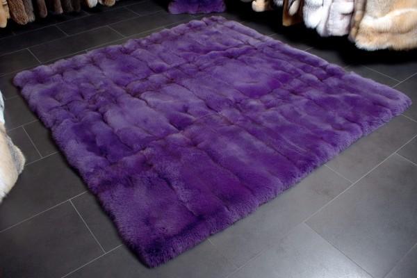 Suave alfombra de la piel de zorro azul en púrpura