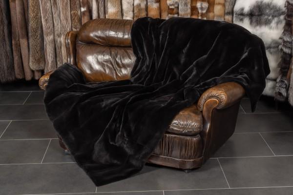 Manta de piel real con visones desplumados en negro